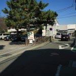 大きな松と「P」の看板が目印。小町大路、日蓮辻説法跡の近くにあります。鎌倉駅から歩いて5分程度。