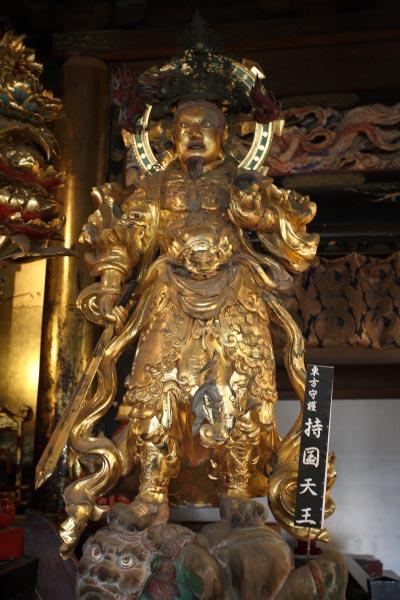 龍口寺本堂内の持国天王。東方の守護神です。※本堂内の撮影は許可を得て行っています。