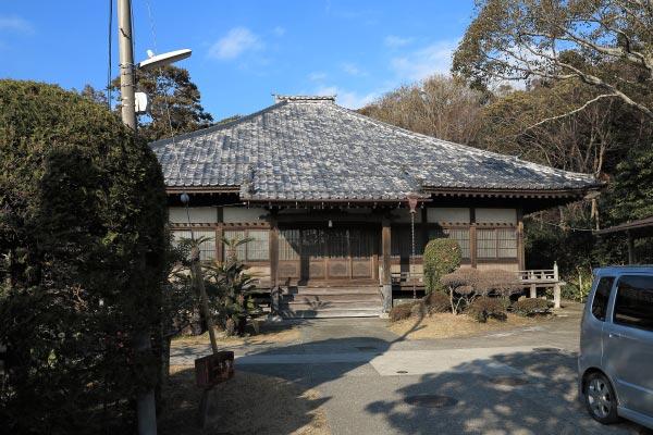 海に近く解放感のある浄楽寺の境内と本堂。