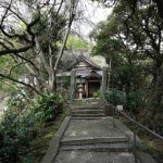 丘を登っていくとすぐに霊光寺本堂が見えてきます。