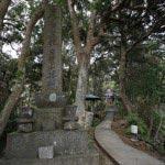 丘を登り霊光寺本堂へとむかいます。