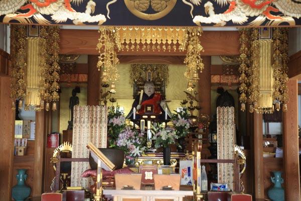 薬王寺本堂に鎮座する日蓮聖人坐像。第11代将軍徳川家斉の命によってつくられました。