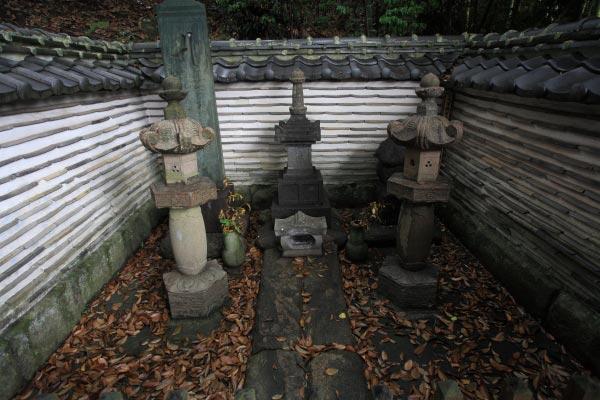 満昌寺、三浦義明廟所。中央には義明の供養塔といわれる宝篋印塔、右に義明の妻の五輪塔、左に板碑。宝篋印塔は鎌倉末期から室町の形式、五輪塔と板碑は鎌倉末期の形式です。