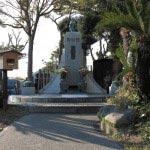 浄楽寺本堂裏手にある前島密の墓。