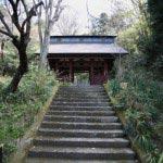 妙法寺、仁王門が見えてきます。将軍家を迎えるため朱に塗られています。