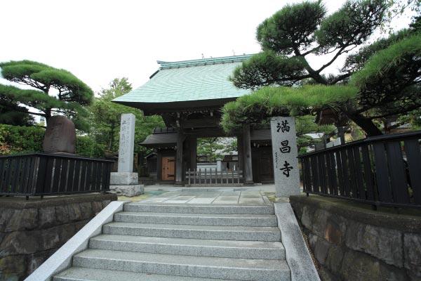 満昌寺。三浦氏の居城であった衣笠城の近くにあります。源頼朝が三浦義明の菩提を弔うために建立したのが始まりです。三浦義明の首塚や国の重要文化財となっている三浦大介義明坐像などがあります。