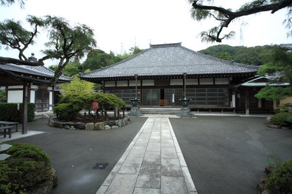 満昌寺本堂。静かな境内は平安以来三浦の地に勢力を誇った三浦一族のゆかりの風格を感じます。