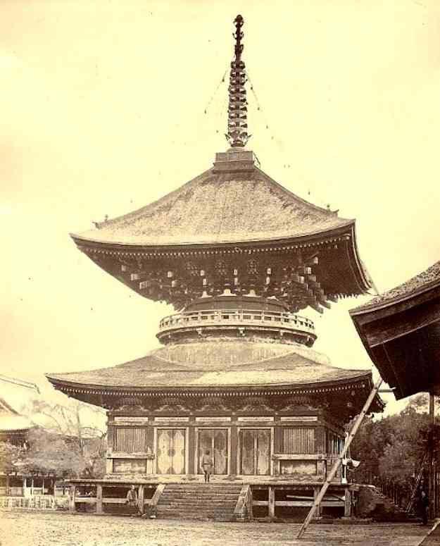 1864年(元治元年)、イギリス人のペアトが撮影した鶴岡八幡宮の大塔。