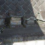近殿神社本殿の右手には大矢部にあったいくつかの神社の石宮がおかれています。