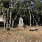 衣笠城址。案内板や石碑、ベンチなどが整備されています。