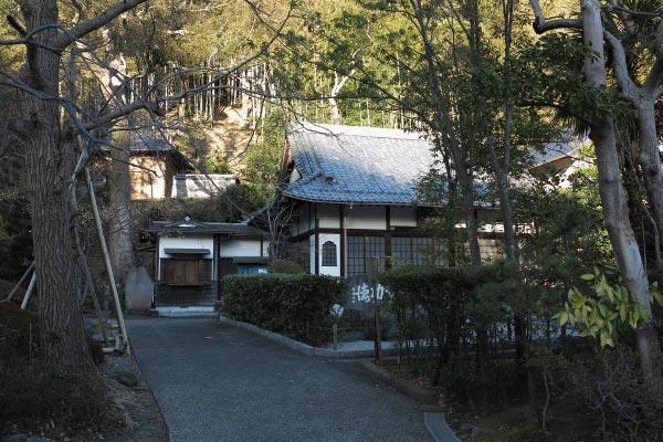 山の近く、静かな住宅地に佇む岩戸山 満願寺。