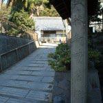 大椿寺門前には椿御所旧跡の石碑。