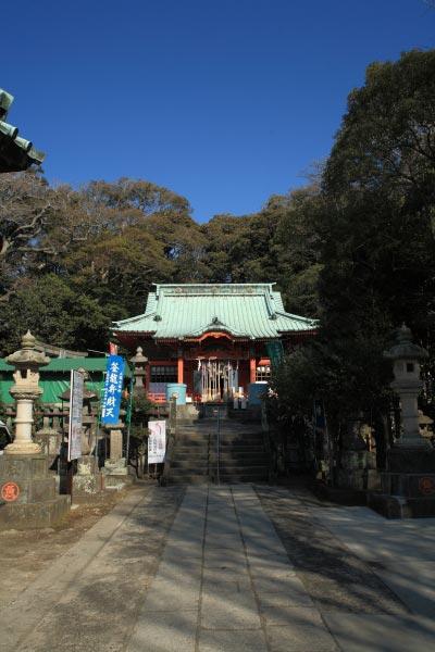 海南神社境内。海の近くの神社というのは独特の癒される雰囲気があります。特に穏やかで暖かい三崎は最高です。