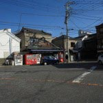 海南神社。三崎公園から海と反対側の右手に向かいます。写真右手の影になっている道を入ります。