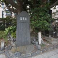 畠山重保邸跡と墓。一ノ鳥居の側、鎌倉駅に向かって左手の歩道にあります。石碑が1つ、石塔が2つあります。