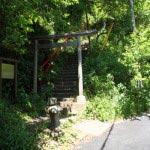 青梅聖天社は、鶴岡八幡宮の近くの静かな山の麓にあります。鶴岡八幡宮から北鎌倉へ向かう道の鶴岡八幡宮の真横あたり、「里のうどん」を過ぎてすぐ左に入って行きます。