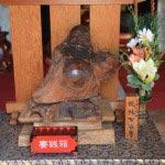 見桃寺本堂の桃林布袋尊。三浦七福神の一つです。