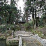 葛原岡・大仏ハイキングコース。浄智寺門前に出たら左脇の道をゆきます。