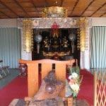 見桃寺本堂内。聖観世音像と桃林布袋尊が安置されています。
