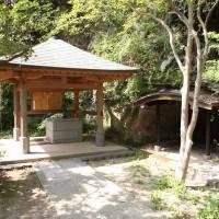日蓮 化生窟と御硯水。鎌倉入りした日蓮が最初の一夜を過ごしたと伝わる窟。御硯水と呼ばれる井戸もあります。