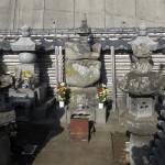 薬王寺跡には年輪を感じさせる五輪塔があります。三浦義澄墓所です。
