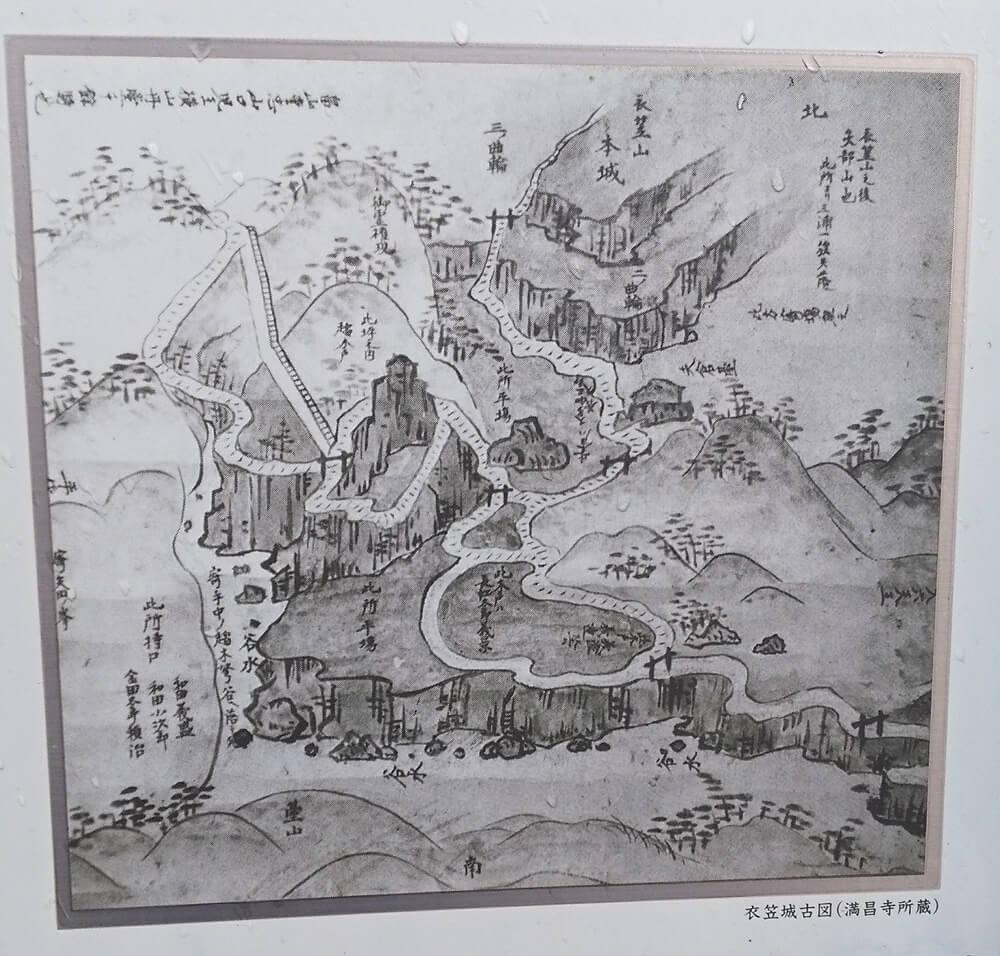 横須賀市内の公道沿いに設置されている案内板にあった、衣笠城古図。