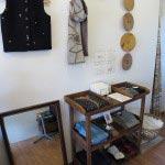 木木の店内。衣類もすっきりと置かれています。