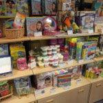 小さめの玩具が並んだ棚。