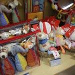 ベビーオルゴール(¥3,000/税抜)やおしゃぶりタオル(¥1,600/税抜)など0か月から使える玩具。