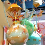 気球に乗ったモビール/¥7,800(税抜)。細部までこだわり丁寧にかたち作られ色づけされることで、あたたかみと作り手の想いを感じる逸品です。