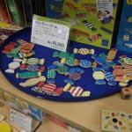 キャンディー・ゲーム/¥2,400(税抜)。3つのサイコロを同時に振り、出た目と同じ色のキャンディーを集めます。