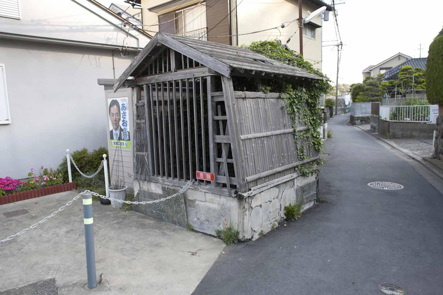 源氏ゆかりの地。六角ノ井は住宅地に埋もれるように残っています。