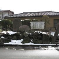 和田城址。現在は石碑と看板が残るのみですが、周囲の自然はまだ残されており往時を偲ぶことができます。