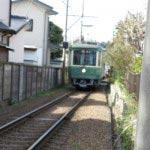 和田塚駅と由比ケ浜駅のちょうど真ん中あたり、虚子庵跡(高浜虚子の住居跡)から。1両編成が2両となり車両が新しくなっても江ノ電を見ると子供の頃を思い出します。写真は新しい車両ですが、昭和30年代前半と昭和43年に旧式車両を改造してデビューした丸目2灯の300系も305+355号車1編成2両のみ残っています。