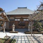 妙長寺は、伊豆法難の際、日蓮を救った漁師の子孫が建立したと伝わります。泉鏡花が滞在し『星あかり』の舞台となりました。