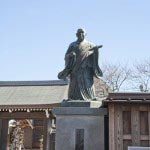 啓運寺を過ぎると左手に日蓮像が見えてきます。妙長寺です。