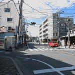 虚子庵址。鎌倉駅から歩く場合、写真左手の細い道を入ります。右側に寸松堂があります。