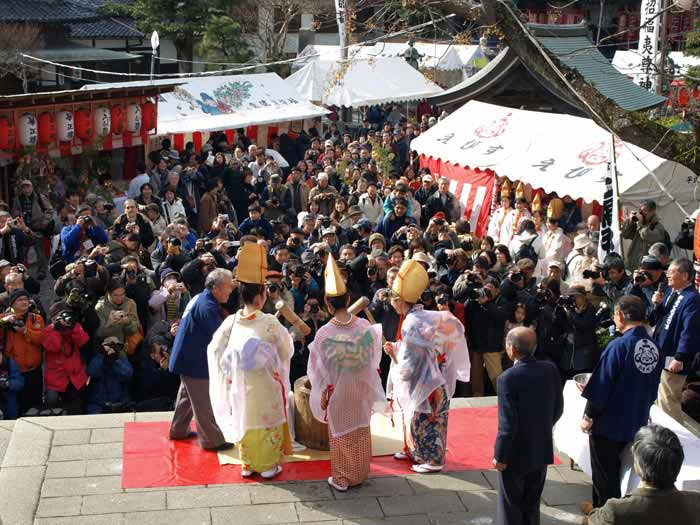 鎌倉の七福神めぐり。本覚寺は恵比寿と縁が深く、初えびすは福娘とともに大いに盛り上がります。(写真:wikipedia)