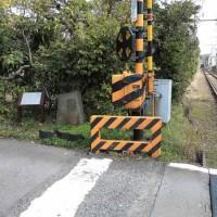 虚子庵址。江ノ電線路脇に句碑と案内板が建っています。