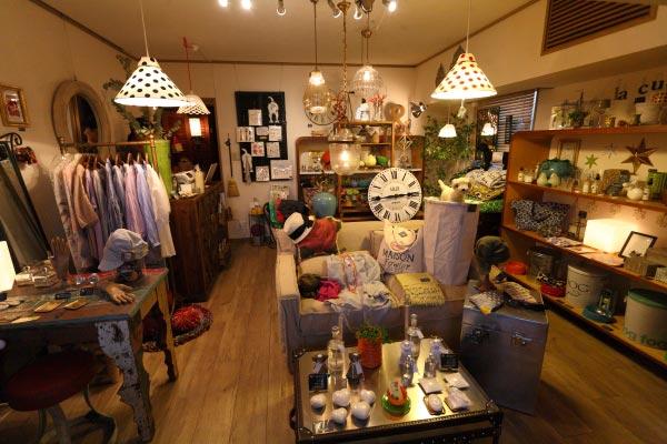 宝戒寺近くにあるsous la neigeさんはおすすめのお店です。インテリア雑貨を中心に良い物が揃うちょっと大人のお店です。詳しくはショッピングの記事をご覧ください。上部にある寄り道処リンクからもご覧になれます。