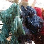 マダガスカルに自生するラフィア椰子を加工して染色された「ラフィア」。編み物や刺繍、織りなど、手芸糸として幅広く使うことができます。木木では10g単位で購入できます。