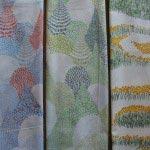 プリント生地(点と線模様製作所)/幅110cm、1m 3,200円(税別)。左から「mori(青)」、「mori(緑)」、「tanpopo(イエロー)」。北海道を拠点に活動する、点と線模様製作所・岡理恵子さんによるオリジナルテキスタイル。身近にある自然のモチーフに、どこまでも続く景色を一枚の布の中に表現しています。
