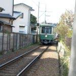 和田塚〜由比ケ浜間を走る江ノ電。由比ケ浜を愛した高浜虚子の住居跡より。