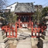 源氏ゆかりの地。源頼朝から遡ること4代、平安時代の棟梁、源頼義によって河内源氏の氏神である京都の岩清水八幡宮が勧請されました。源氏と鎌倉の始まりを象徴しています。