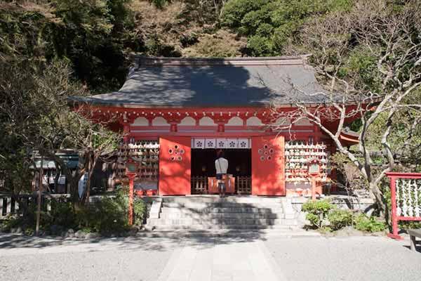 源氏ゆかりの地。荏柄天神社の拝殿。奥にある本殿は鎌倉最古の建築物です。