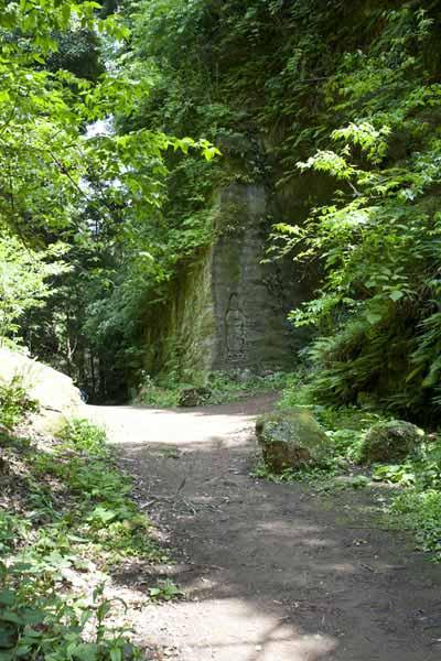 朝比奈切通し。鎌倉市と横浜市の境あたりにある崖には仏様が掘られています。