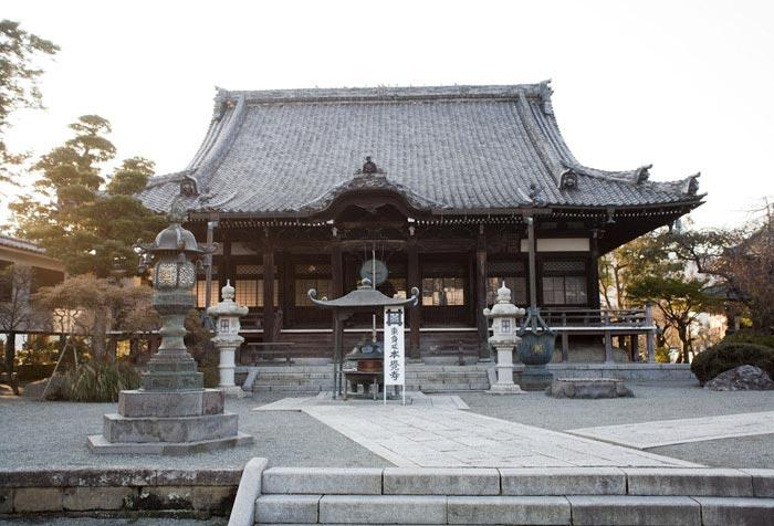 鎌倉の七福神めぐり。恵比寿のある本覚寺の本堂。駅に近く自由に参拝できる本覚寺は地元では「日朝さま」と呼ばれ親しまれています。
