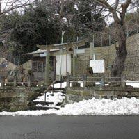 和田義盛旧里碑。一見するとただの町の公園か何かのよう。源頼朝とともに日本の歴史最大級の構造改革を成し遂げた侍の本拠地屋敷の跡とは思えません。