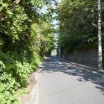極楽寺坂切通し。鎌倉幕府成立以前から西から鎌倉に入るために極楽寺付近の道が使われていたそうです。現在は完全に車道として舗装されています。