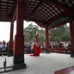 鎌倉まつり、静の舞。大勢の見物客が見守る中、進んできます。撮影協力:鎌倉市観光協会